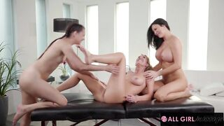 MILF With HUGE Tits Is Turned On By Stepdaughter Tribbing Stepmom